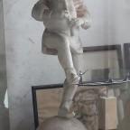 Skulptur von einem Narr mit Sackpfeife